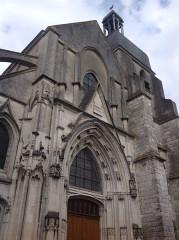 Eglise Saint-Saturnin - Français:   Portail principal, portails collatéraux, clocher rectangulaire
