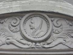 Eglise Saint-Saturnin - Français:   Église Saint-Saturnin de Blois (Loir-et-Cher, France), relief d\'Anne de Bretagne sur la porte sud