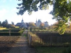 Domaine du château de Talcy - Français:   Le château de Talcy et son colombier à droite, vu du potager