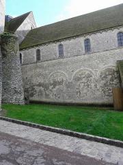 Eglise abbatiale Saint-Pierre - Extérieur de l'abbatiale Saint-Pierre-et-Saint-Paul de Ferrières-en-Gâtinais (45). Costale nord de la nef.