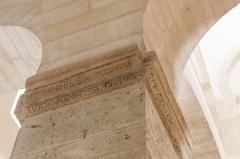 Eglise de la Très-Sainte-Trinité - Français:   Église de la Très-Sainte-Trinité ou Oratoire carolingien de Germigny-des-Prés: inscription imitant une inscription carolingienne, fabriquée en 1847 lors de la restauration de l\'église.