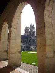 Ancien grand cimetière ou Campo Santo - Français:   Campo Santo d\'Orléans (Loiret, France), tours de la cathédrale à-travers les arcades orientales