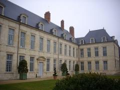 Ancien évêché, puis bibliothèque municipale, actuellement annexe de la médiathèque - Français:   Hôtel Dupanloup, ancien palais épiscopal, à Orléans (Loiret, France), façade sud depuis le jardin