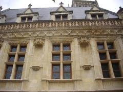 Ancien hôtel de ville ou hôtel des Créneaux, ancien Musée des Beaux-Arts et Sciences naturelles, actuellement annexe du Conservatoire municipal de musique - Hôtel des Créneaux, à Orléans (Loiret, France), façade sur place Desnoyers