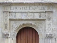 Ancien hôtel de ville ou hôtel des Crémaux, ancien Musée des Beaux-Arts et Sciences naturelles, actuellement annexe du Conservatoire municipal de musique - Hôtel des Créneaux, à Orléans (Loiret, France), façade sur place Desnoyers