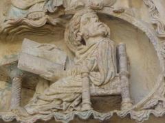 Eglise abbatiale Saint-Benoît - L'évangéliste Luc. Détail du tympan du portail nord de l'abbatiale de Saint-Benoît-sur-Loire (45)