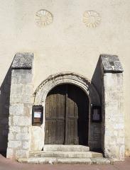 Eglise Saint-Martin - Français:   L\'église a souvent été remaniée entre le 11e et le 16e siècle. La base de la tour et l\'entrée sont en partie du 11e siècle. Au 12e siècle, deux travées près du clocher furent aménagées à nouveau. Au 16e siècle, la nef fut ajoutée en avant du clocher et des bas-côtés. Au 18e siècle, construction du porche et fermeture des baies de l\'abside. La face nord du contrefort sud du portail porte une inscription non datée (VIII IDUS IVNII / OBIIT AIMERI / DUS SACER / DOS QUI FELICITISTAM). Les deux voûtes du choeur subsistent mais ont été plâtrées. Les bas-côtés intérieurs ont été entièrement remaniés et les voûtes refaites en briques à plat. L\'église conserve une porte d\'entrée en menuiserie du 15e siècle, composée de panneaux à serviettes enchâssés dans un bâtis uni. (source: Mérimée)