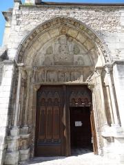 Ancienne abbaye Saint-Taurin - Français:   Église Saint-Taurin d\'Évreux, détail du portail sud (construit par l\'abbé Gilbert de Saint-Martin au XIIIe siècle). Le tympan a été martelé; il représentait le Christ entouré des quatre Évangélistes à corps humain avec chacun une tête de l\'animal symbolique qui leur était attribué. En dessous, le linteau retrace des épisodes de la vie de saint Taurin.
