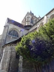 Ancienne abbaye Saint-Taurin - Français:   Église Saint-Taurin d\'Évreux, on peux voir en bas à gauche le chevet et ses modillons romans.
