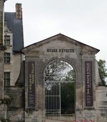 Evêché et ses dépendances - Français:   Musée d\'Évreux, dans les locaux de l\'ancien évêché (Normandie) - grille d\'entrée du public par l\'esplanade de la cathédrale.