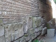 Rempart gallo-romain - Français:   Rempart gallo-romain d\'Évreux, allée des soupirs (au niveau -1 de la médiathèque). Vue d\'angle qui met en évidence le montage légèrement en retrait des différents niveaux du rempart, nécessaire à la stabilité de l\'ouvrage.