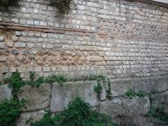Rempart gallo-romain - Français:   Rempart gallo-romain d\'Évreux, allée des soupirs (au niveau -1 de la médiathèque). Vue de face qui montre la composition du rempart. La base est composé de blocs calcaires au dessus desquels vient le blocage en silex ou en moellons calcaire, entrecoupé de chainages en brique.