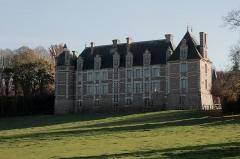 """Château de Chambray -   Le site de Chambray est à l\'origine un poste fortifié dominant le gué de l\'Iton, zone frontalière entre la Normandie rattachée à la couronne d\'Angleterre et le comté de Chartres. Le manoir primitif fut abandonné vers 1210. Une forteresse, bâtie par la suite, fut rasée à la fin de la guerre de Cent Ans. Jacques de Chambray dit \'"""" le Grand Veneur """" fut célèbre dans l\'Europe entière pour son équipage de chasse à courre qui prit 2466 cerfs. En souvenir du dernier descendant de la famille de Chambray, la donation faite à l\'État permit d\'installer un centre de formation agricole.  (<a href=\"""