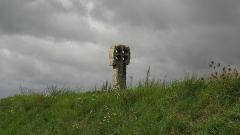 Croix percée -  la croix percée de Neaufles-Saint-Martin, Normandie, France.