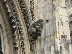 Eglise Notre-Dame-des-Arts - Français:   Personnage sculpté sur la façade Sud de l\'église de Pont-de-l\'Arche (Eure, France), datant du XIXème siècle