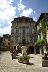 Maison devant le portail méridional de l'église Saint-Pierre - Français:   Maison Renaissance