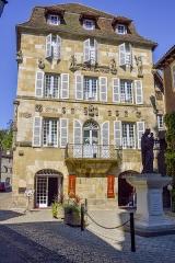 Maison devant le portail méridional de l'église Saint-Pierre - Français:   La ville de Beaulieu-sur-Dordogne, maison ancienne dont la façade est ornée de divers éléments sculptés provenant d\'un édifice disparu, Corrèze, France, Europe.