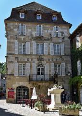 Maison devant le portail méridional de l'église Saint-Pierre - Français:   Maison Renaissance, Beaulieu-sur-Dordogne, Corrèze, France