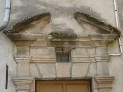 Maison Plazanet - Français:   Fronton de la porte de la maison Plazanet, place du Collège, Beaulieu-sur-Dordogne, Corrèze, France.