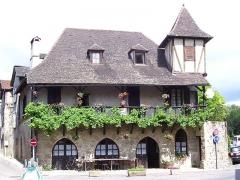 Vieille maison - Français:   Auberge et village très connus, qui reçoivent la visite de nombreux touristes étrangers notamment européens chaque année.
