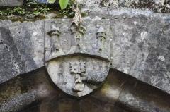 Porte aux armes de la ville - Français:   Porte de Beaulieu-sur-Dordogne. Porte en ogive, moulurée, base gothique. Clé sculptée aux armes de la ville.  14e siècle