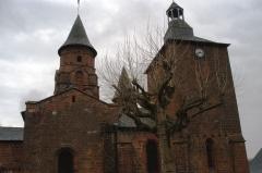 Eglise Saint-Pierre ou Saint-Sauveur - Son clocher roman date d'environ 1100. Il est flanqué d'un clocher carré et d'une tour de guet plus récents dont les fonctions étaient défensives.