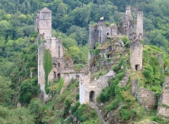 Restes du château de Merle - Français:   Ruine du château avec ces tours impressionantes