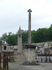 Lanterne des Morts - Français:   La lanterne des morts et la croix de cimetière de Felletin, Creuse, France.