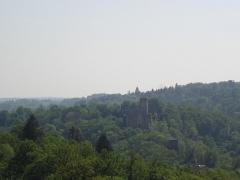 Ruines du château Chalusset -  Le château de Chalucet vu depuis la colline opposée