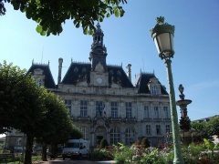 Hôtel de ville et Fontaine - This building is indexed in the Base Mérimée, a database of architectural heritage maintained by the French Ministry of Culture,under the reference PA00100361 .