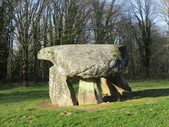 Dolmen et menhir dits de Chez Monteau - This building is indexed in the base Mérimée, a database of architectural heritage maintained by the French Ministry of Culture,under the reference PA00100439 .