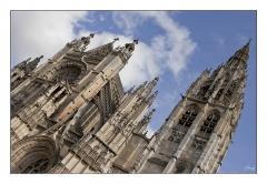 Eglise Notre-Dame - Français:   Vue en contre plongée de L\'église Notre-Dame de Caudebec-en-Caux. Rien de particulier,lumière du jour, nuages en fond, Marge blanche et liseret noir.