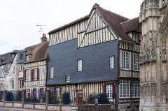 Immeuble - Français:   Maison médiévale située 14 Grande-Rue à Caudebec-en-Caux; façade sur la rue Jean Leprévost.