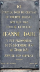 Restes de la tour dite de la Pucelle, ou Tour devers les Champs - Français:   Plaque de marbre noir - Lieu d'emprisonnement de Jeanne d\'Arc en 1431 - 102, rue Jeanne-d\'Arc, Rouen (Haute-Normandie)