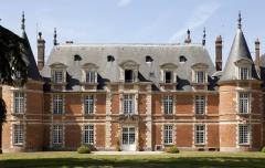 Château de Miromesnil (également sur commune de Tourville-sur-Arques) - This building is en partie classé, en partie inscrit au titre des monuments historiques de la France. It is indexed in the base Mérimée, a database of architectural heritage maintained by the French Ministry of Culture,under the references PA00101024   and PA00101064 .