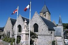 Eglise Saint-Martin - Français:   Église Saint-Martin de Veules-les-Roses et le monument aux morts de la guerre 1914-1918.)