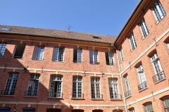 Hôtel - Français:   Dieppe (France,Seine-Maritime) Cour d\' hôtel particulier au 174 Grande Rue, monument historique