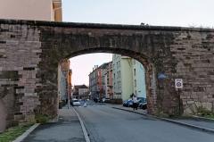 Château, actuellement musée d'Art et d'Histoire, et enceinte urbaine -  Belfort, la porte de l'ancien canal.