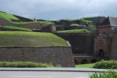 Château, actuellement musée d'Art et d'Histoire, et enceinte urbaine - Français:   Ensemble des différents niveaux de remparts de la citadelle de Belfort, avec la porte de Brisach