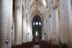 Ancienne abbaye Saint-Pierre - Français:   Nef de l\'église abbatiale Saint-Pierre Airvault Deux-Sèvres France