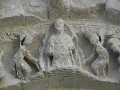 Eglise Saint-Gilles - Portail occidental de l'église Saint-Gilles d'Argenton-Château (79). 4ème voussure. Collège apostolique entourant le Christ. Détail. Le Christ dans une mandorle portée par deux anges.