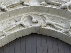 Eglise Saint-Gilles - Portail occidental de l'église Saint-Gilles d'Argenton-Château (79).  1ère voussure. Six anges et Agneau vainqueur.
