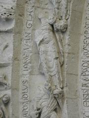 Eglise Saint-Gilles - Portail occidental de l'église Saint-Gilles d'Argenton-Château (79). 4ème voussure. Collège apostolique entourant le Christ. Détail. Saint-Jean.