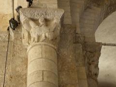 Ancienne église Saint-Savinien - Français:   Intérieur de l\'église Saint-Savinien de Melle (79). Pile sud-ouest de la croisée du transept. Chapiteau.