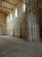 Ancienne église Saint-Savinien - Français:   Intérieur de l\'église Saint-Savinien de Melle (79). Costale nord de la nef vue du transept.