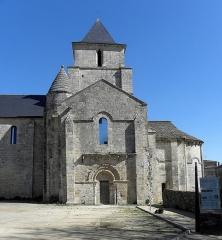 Ancienne église Saint-Savinien - Français:   Extérieur de l\'église Saint-Savinien de Melle (79). Croisillon sud et chevet.