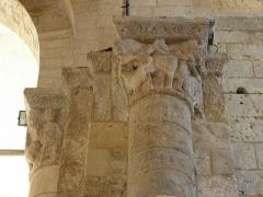 Ancienne église Saint-Savinien - Français:   Intérieur de l\'église Saint-Savinien de Melle (79). Pile sud-est de la croisée du transept. David et Samson victorieux d\'un lion.