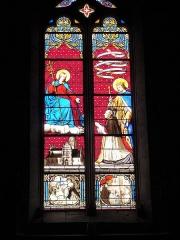 Eglise Notre-Dame - Église Notre-Dame de Niort, Deux-Sèvres (France). Vitrail dont voici la description affichée dans l'église: «L'abbé François-Louis Taury présente l'église Notre-Dame au Christ en gloire. Derrière lui, St Louis, son saint patron, déroule un phylactère: «LUDOVICUS SERVUS CHRISTI PLEBUS / DELICIAE NUTRICIUS PAUPERUM FIDE / VICIT MUNDUM ET GLORIAM EIUS». En bas, deux scènes en grisaille illustrent les deux vertus théologales de la foi et la charité: - à droite, des enfants prient avec leur mère  - à gauche, une dame apporte du pain béni à une jeune couple avec un bébé dont le mari est allongé et malade.»