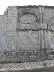Restes de l'ancienne église Notre-Dame-de-la-Couldre - Façade de l'église Notre-Dame-de-la-Couldre à Parthenay (79). Détail. Travée gauche.