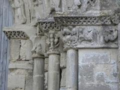 Restes de l'ancienne église Notre-Dame-de-la-Couldre - Français:   Façade de l\'église Notre-Dame-de-la-Couldre à Parthenay (79). Portail. Détail. Chapiteaux de l\'ébrasement droit.